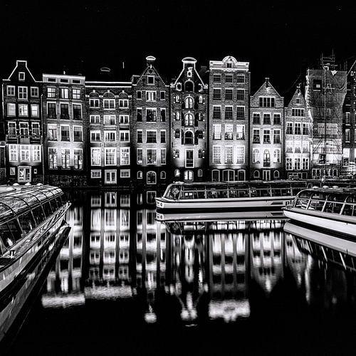 Rondvaartboten en panden in Amsterdam