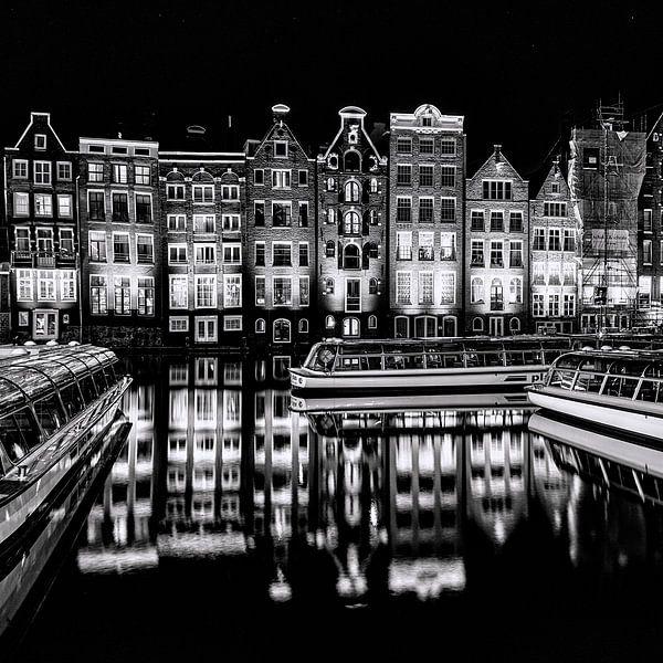 Rondvaartboten en panden in Amsterdam van Ton de Koning
