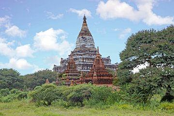 Oude pagodes op het platteland bij Bagan in Myanmar Azie van Nisangha Masselink