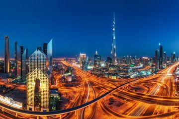 Panorama de Dubaï Skyline à l'heure bleue avec Burj sur Jean Claude Castor