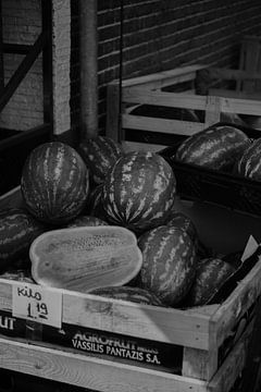 sfeervolle zwart wit foto van watermeloenmarkt van Rinaldo Ten zijthoff