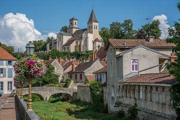 Zicht op oude hotel in Châtillon-sur-Seine met zicht op kerk Saint-Vorles van Joost Adriaanse