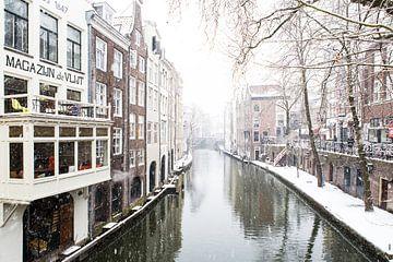 Winter in Utrecht. De Oudegracht met zicht op de Maartensbrug. van De Utrechtse Grachten