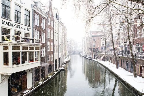 Winter in Utrecht. De Oudegracht met zicht op de Maartensbrug. van
