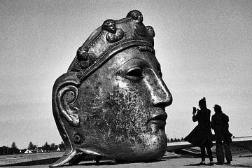 Romeins masker aan de Waal met 2 silhouetten van een stel van Machiel Zwarts