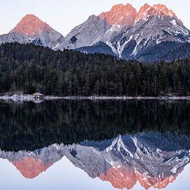 Berglandschap reflectie in het water - Blindsee, Oostenrijk van Hidde Hageman