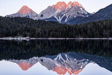 Reflexion der Berglandschaft im Wasser - Blindsee, Österreich von Hidde Hageman