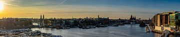 Uitzicht over Amsterdam vlak voor zonsondergan van Arthur Scheltes