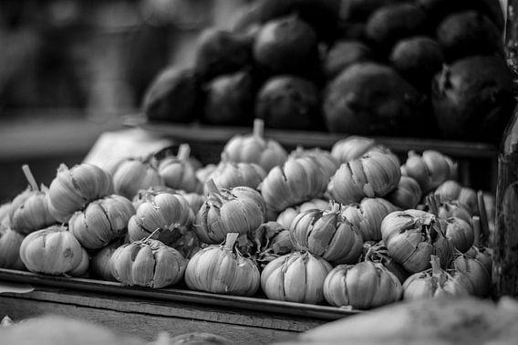 Knoflookbollen zwart wit van Manon Ruitenberg