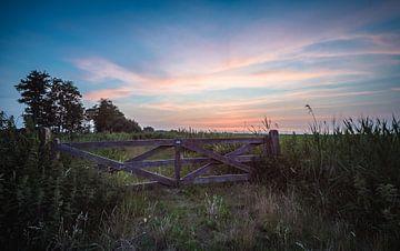 zonsondergang boven een Hollands weiland van Michel Knikker