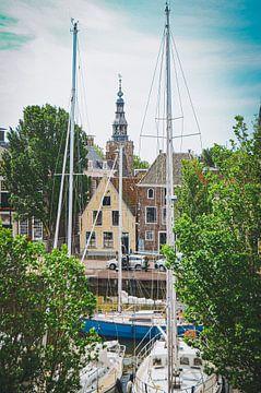 Uitzicht op de haven en Raadhuistoren in Harlingen van Daphne Groeneveld