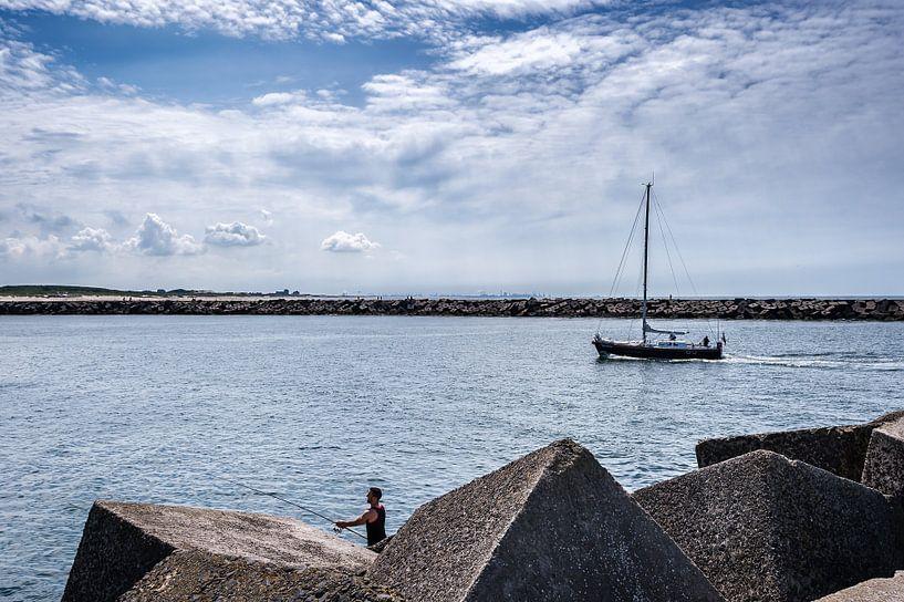 Een zomerse dag in de haven van Scheveningen van John Verbruggen