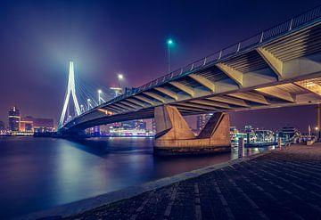 De Erasmusbug in Rotterdam bij Nacht van Martijn van der Nat