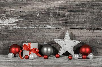 Kerstgift met stervorm en kerstballen ornamenten op houten achtergrond van Alex Winter