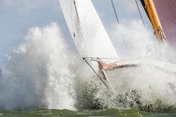 Wit skûtsje dendert door een golf op het IJsselmeer van ThomasVaer Tom Coehoorn