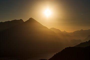 Herfst in het Berner Oberland. Warme lucht en alpen toppen. Tegenlicht van Hidde Hageman