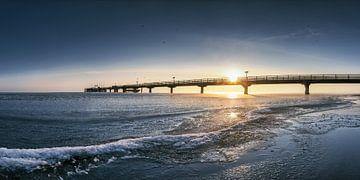 Winterstrand in Scharbeutz aan de Oostzee met pier van Voss Fine Art Fotografie