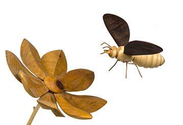 Model van een bij van hout dat naar een houten bloem toe vliegt, vrijgesteld op wit wit van Hans-Jürgen Janda
