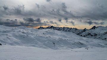 Zonsondergang bovenop een piste in Frankrijk van Martin Boerman