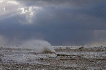Branding met opwaaiend zeeschuim tegen donkere lucht van Menno van Duijn