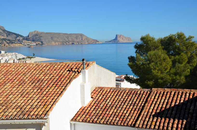 Uitzicht vanaf Altea over de Middellandse Zee met op de voorgrond traditionele Spaanse daken van Gert Bunt
