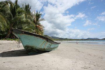 Boot am Strand von Samara von Jolanda van Eek