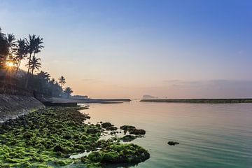 Zonsopgang over de kust van Candidasa van Marc Venema
