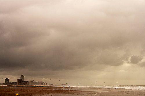 Strandzicht op een donkere dag.