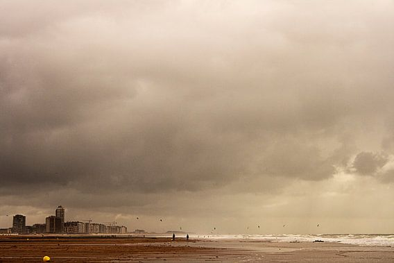 Strandzicht op een donkere dag. van PF Snel