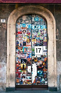 Siciliaanse voordeur met affichekunst van Silva Wischeropp