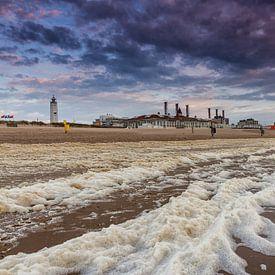 Storm op het strand van Noordwijk van Dick van Duijn