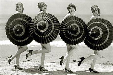 Badende schoonheden met parasols, ca.1928 van Bridgeman Images