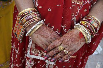 Hände mit Henna bemalt von Cora Unk