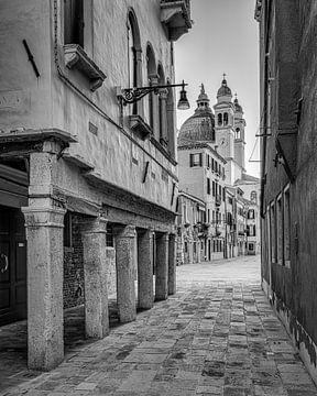 Straatje in Venetie met zicht op Basilica di Santa Maria della Salute van Teun Ruijters