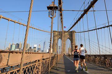 Brooklyn Bridge in New York in de ochtend met hardlopers von Merijn van der Vliet