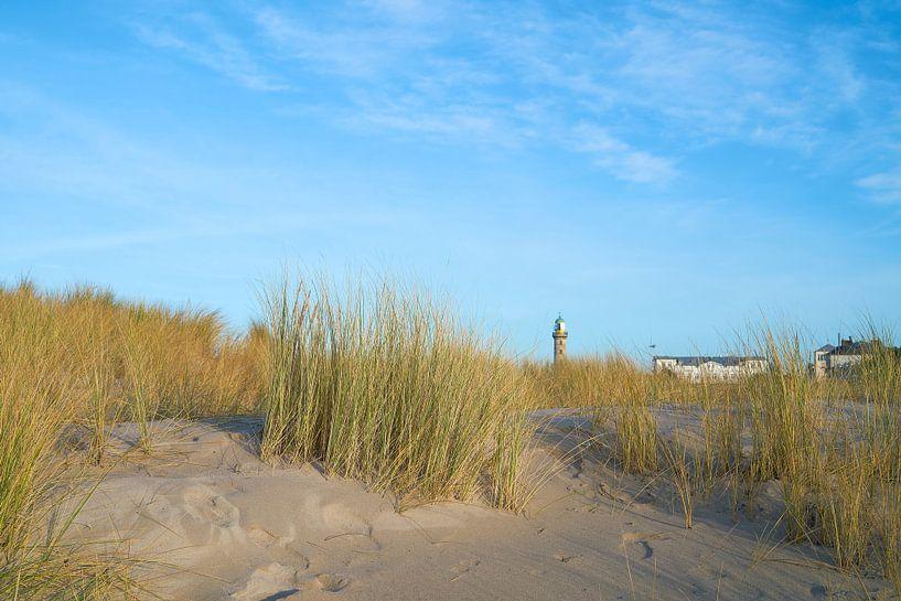 Duinen op het strand van Warnemünde aan de Oostzee van Heiko Kueverling