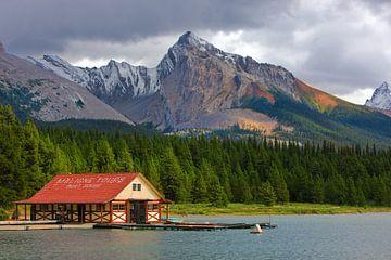Botenhuis in Maligne Lake, Jasper NP, Alberta, Canada van Henk Meijer Photography