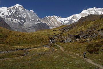Wandelaar in Annapurna gebergte Nepal von Marilyn Bakker