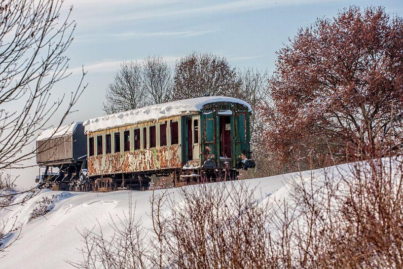 Verlaten treinstel bij Simpelveld in de sneeuw van John Kreukniet