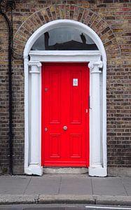 Rode deur in Dublin.