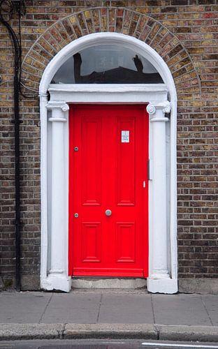 Rode deur in Dublin. van