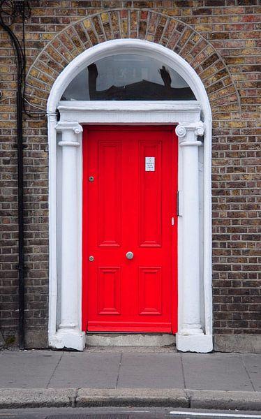 Rode deur in Dublin. van Edward Boer
