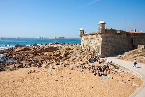 Oud middeleeuws Fort aan de Atlantische kust