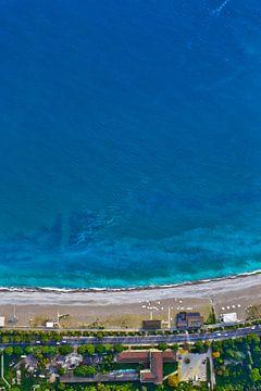 Des photos de grande hauteur. Vue aérienne de haut en bas de la mer turquoise avec des arbres verts. sur Michael Semenov