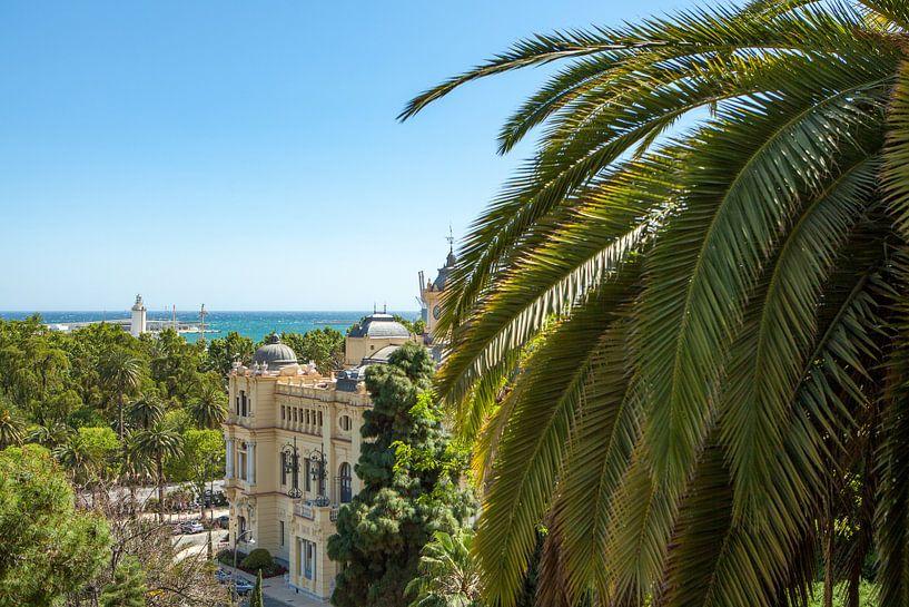Malaga stadhuis, het park en de haven. van Gerard van de Werken
