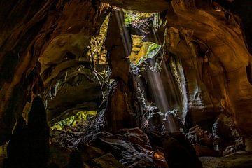 Höhle mit Lichtstrahlen Sumatra von Corrine Ponsen