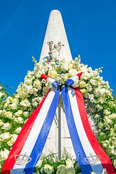 Kranz am Nationaldenkmal auf dem Dam in Amsterdam Niederlande von Nisangha Masselink