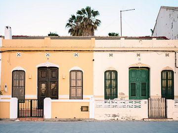 Häuser am Strand von Valencia von Raisa Zwart