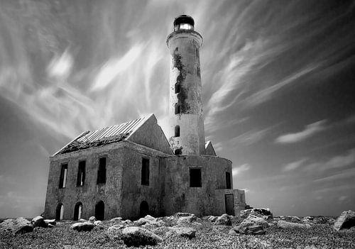 Klein Curacao - verlaten vuurtoren - spookachtig - zwart wit van Robert-Jan van Lotringen