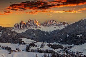 Paysage d'hiver à couper le souffle avec le village de Santa Maddalena, Val di Funes sur Dieter Meyrl